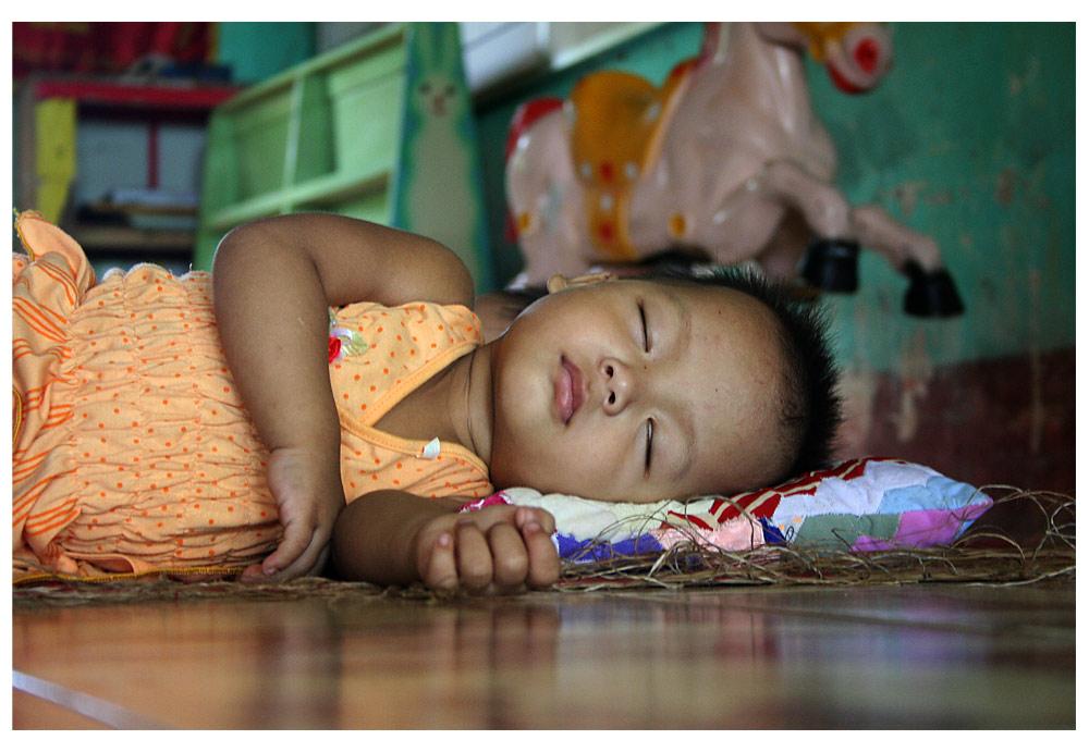 Vietnamesisches Kind beim Mittagsschlaf
