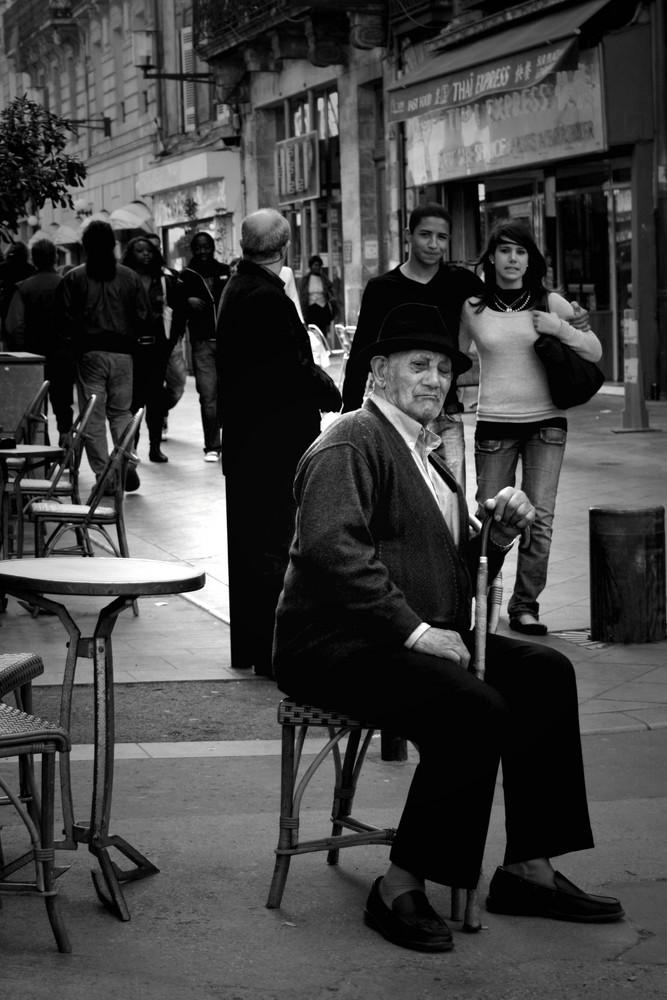 Vieux monsieur en costume assis