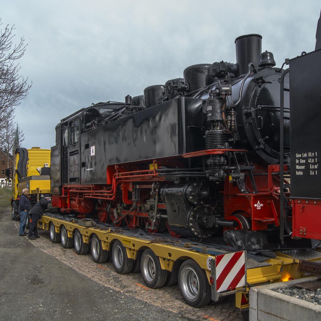 VII K Neubaulok bei der Verladung zum Strassentransport