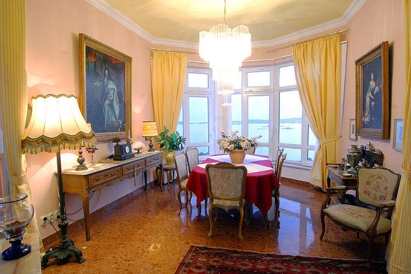 Villa Antonio-Peninsula Peljesac -Loumge with yellow curtains