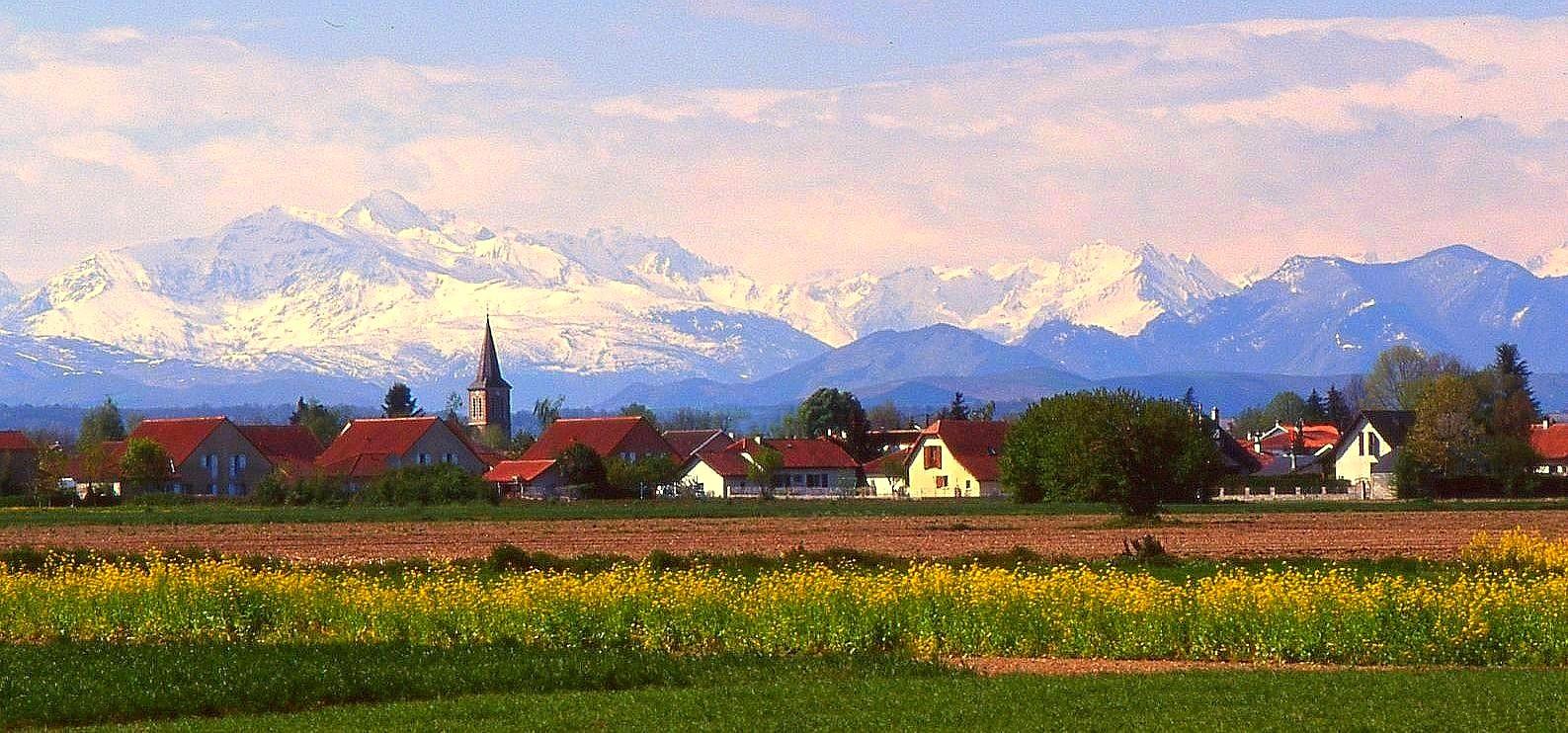 Village au pied des Pyrénées