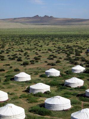 Village de yourtes en Mongolie . . .