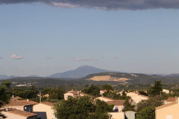 Village provencal avec le Mont Ventoux en fond d'ecran .