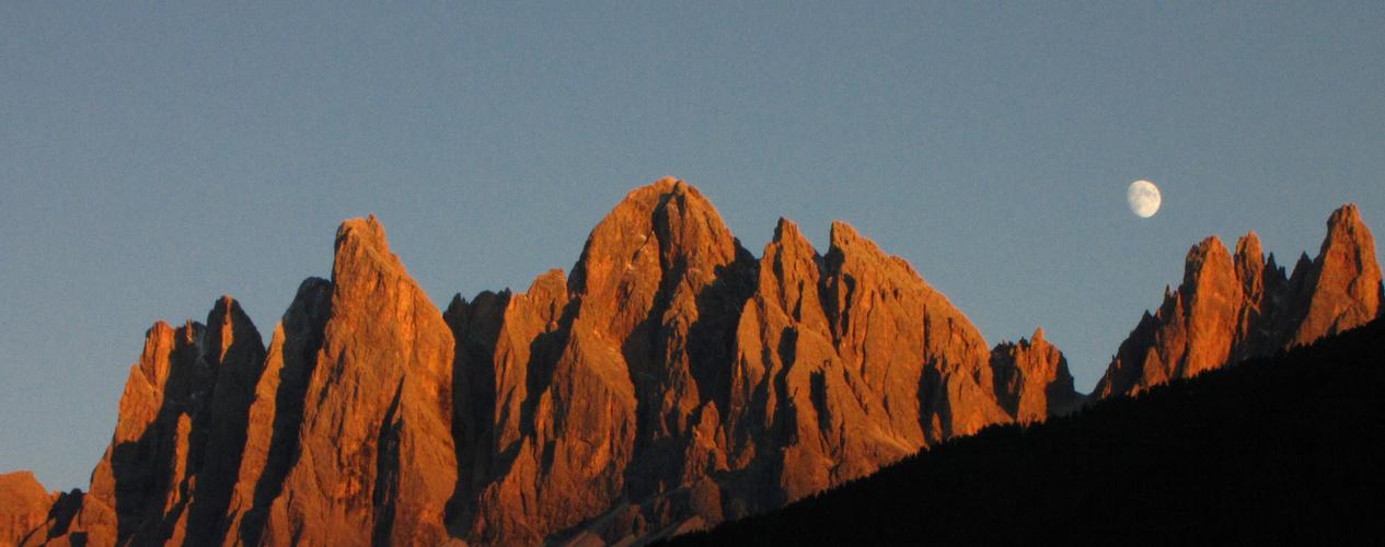 Villnösstal - Blick auf die Geislergruppe in den Dolomiten - Alpenglühen