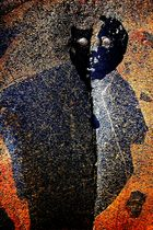 Visage de mazout incrusté dans le roc