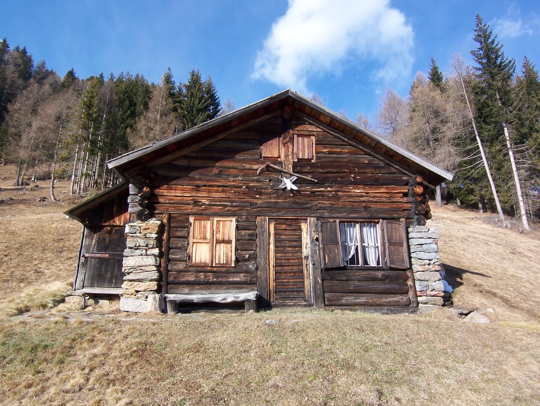 Vista dal basso verso l 39 alto di una casa di montagna foto - Come riscaldare una casa in montagna ...