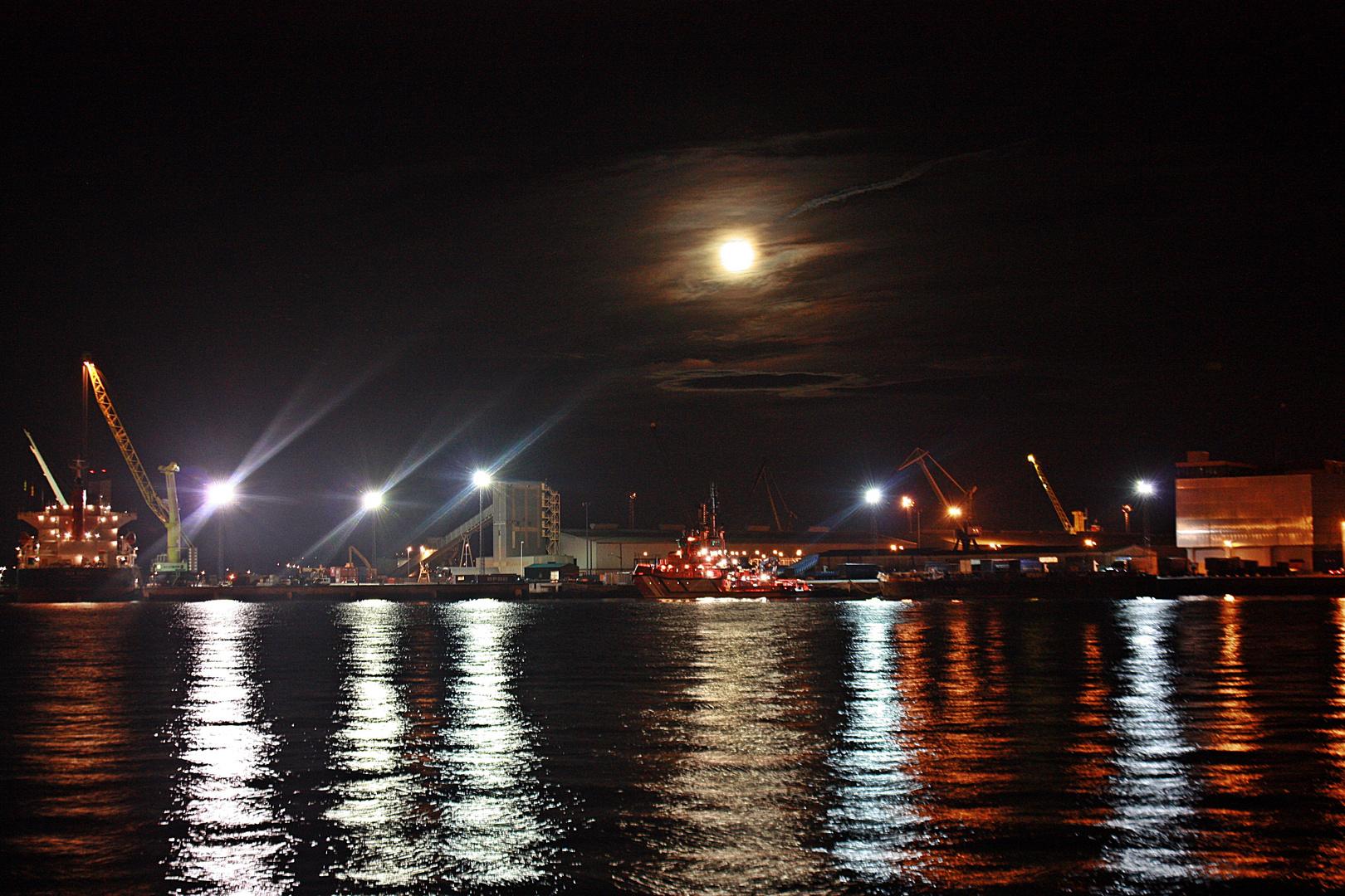 Vista nocturna del puerto de La Coruña II