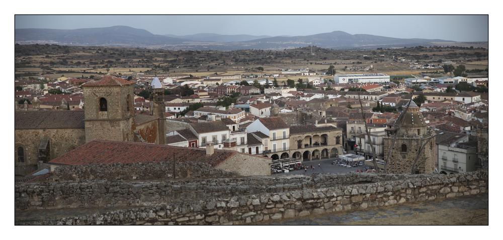Vista panorámica de la plaza mayor de Trujillo desde el castillo (Cáceres Extremadura España)