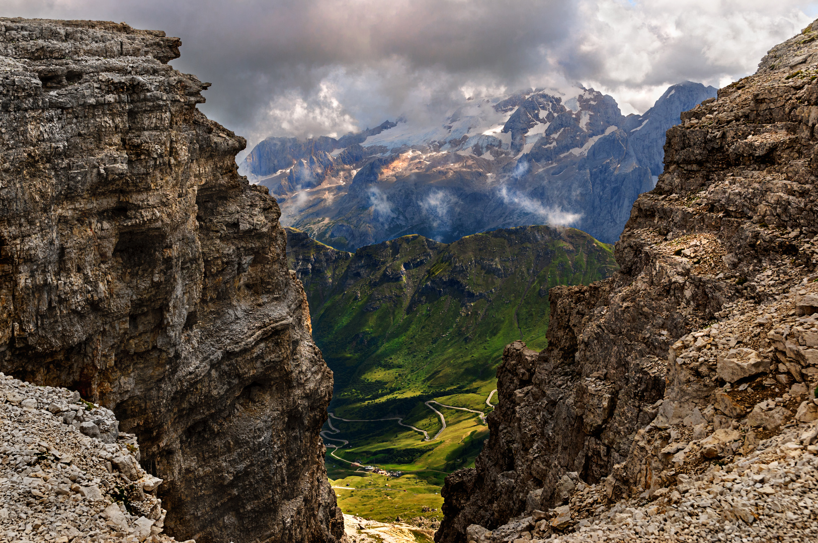 Vista tra le rocce
