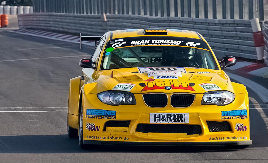 VLN, Archiv 2011, ..BMW bei der Boxeneinfahrt..
