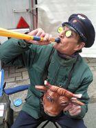 Vogelmann - Vogelstimmenimitator auf dem Flohmarkt bei der Arbeit
