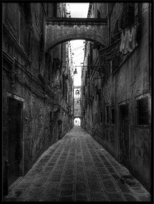 voilà in S/W - Venedigs dunkle Gassen