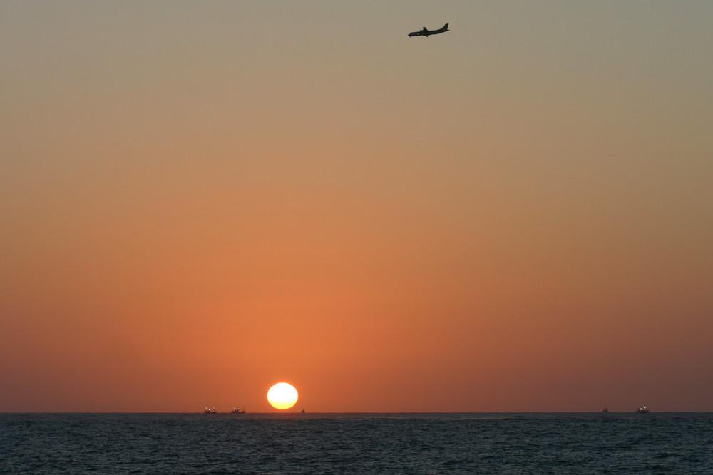 vole du boing au dessus de la mer basque au regard des pêcheurs