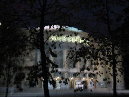 """""""Volksbühne"""" (Berlin) nachts"""