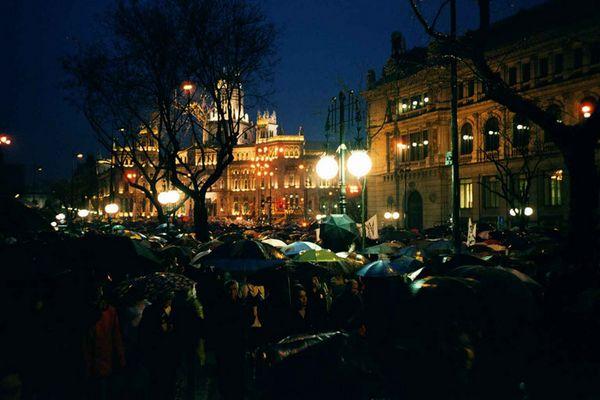 Volksversammlung im Regen bei nächtlicher Straßenbeleuchtung (Madrid am 12.03.2004)