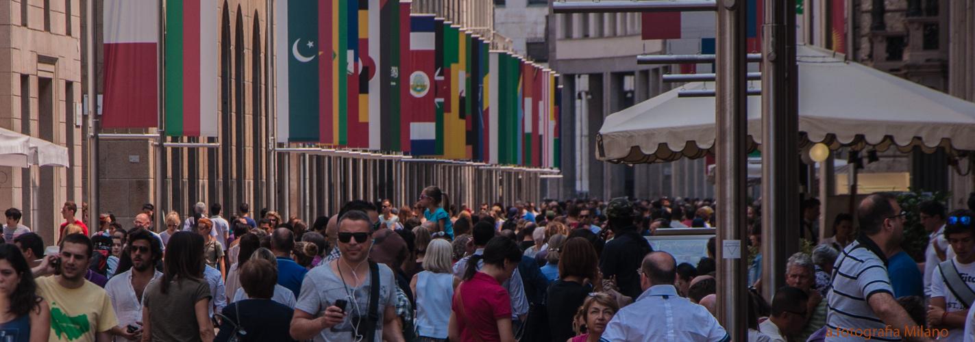 Volle Fußgängerzone von Mailand......