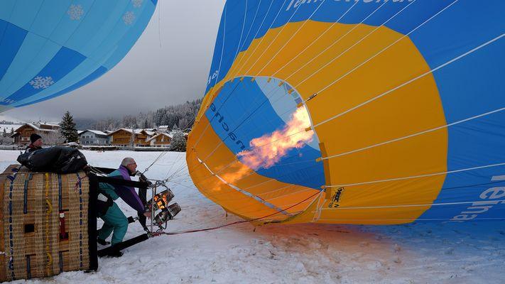Volle Heizkraft ist jetzt angesagt damit der Ballon sich aufrichtet, aufgenommen im Janaur 2016...