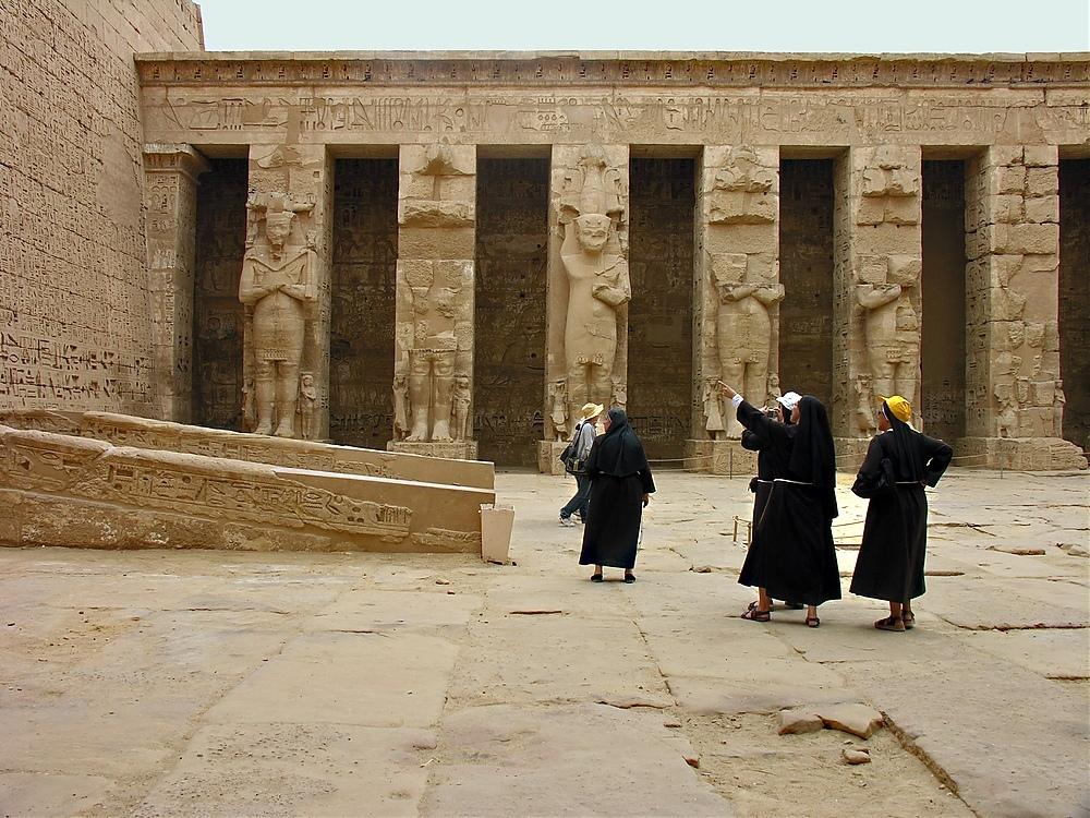 Voller Begeisterung und mit großem Interesse besichtigten diese Nonnen Medinet Habu.