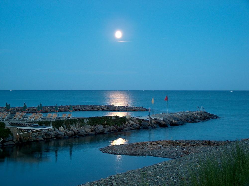 Vollmond über dem ligurischen Meer