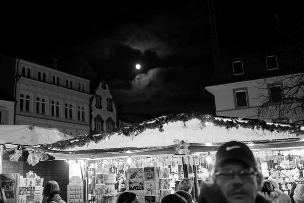 Vollmond über dem Weihnachtsmarkt
