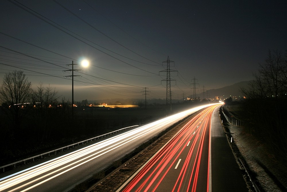 Vollmond über der Autobahn