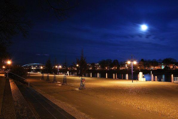 Vollmond über der Elbe in Magdeburg