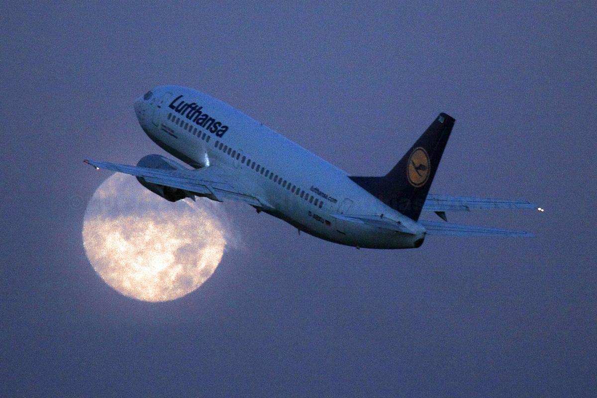 Vollmond und Lufthansa B737-300