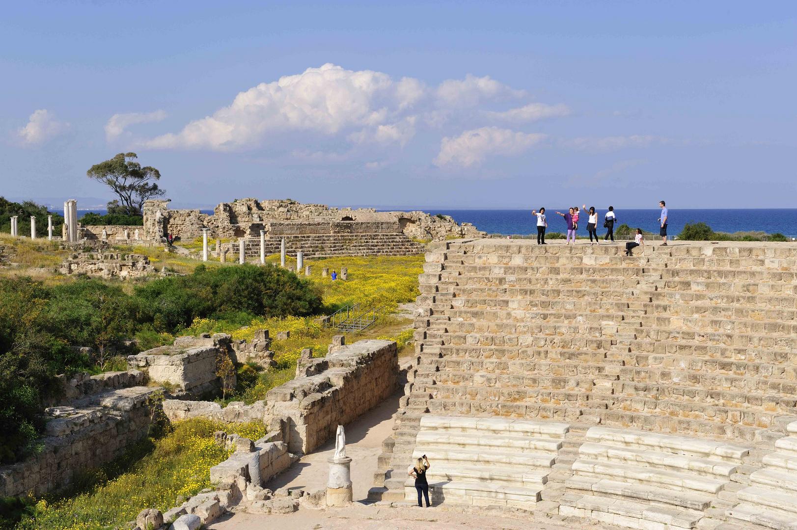 Vom Amphitheater blickt man auf den Golf von Famagusta