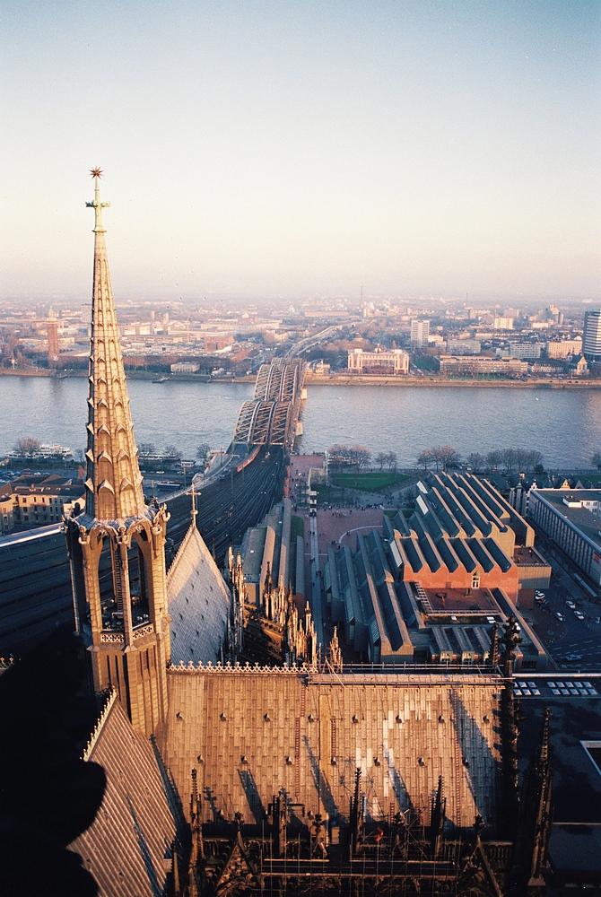 Vom Aussichtsturm des Kölner Doms aus Richtung Hohenzollernbrücke fotografiert