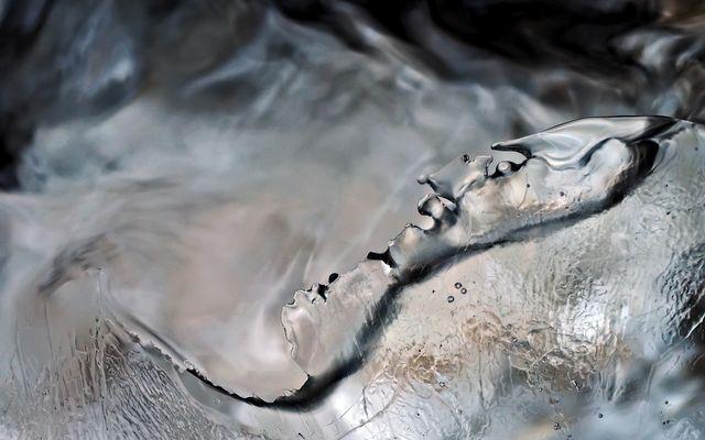 Vom Bergbach sanft berieseltes Eis… - Formation de glace dans le ruisseau de montagne.