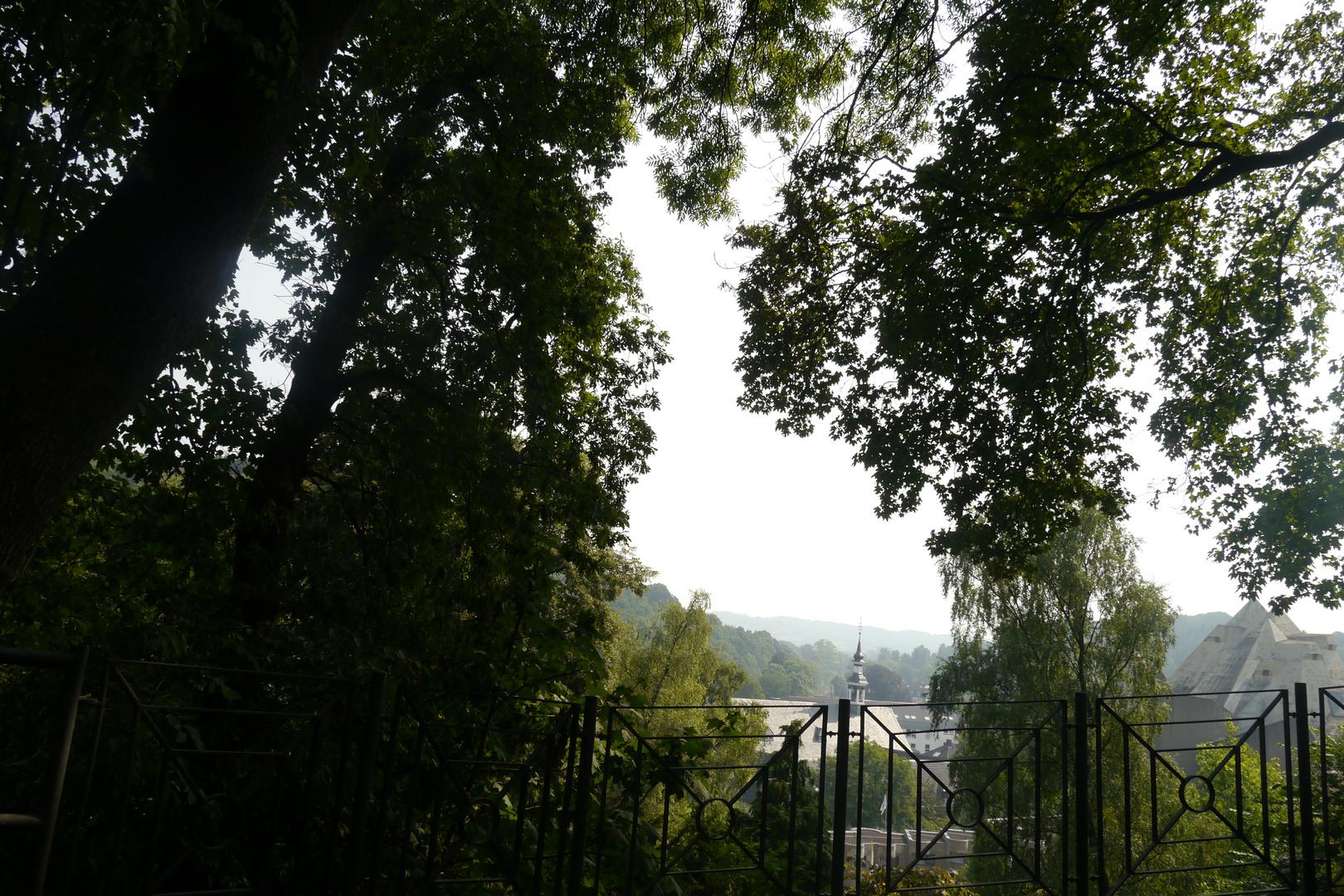 Vom Kreuzberg zwischen den Bäumen sind beide Kirchen zu sehen: