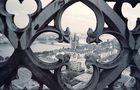 Vom Vierungsturm des Kölner Doms Richtung Kirche Gross Sankt Martin d. d. Brüstung (1986) von Walter Kleinert