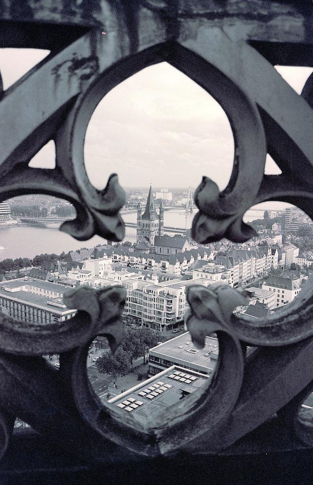 Vom Vierungsturm des Kölner Doms Richtung Kirche Gross Sankt Martin d. d. Brüstung (1986)