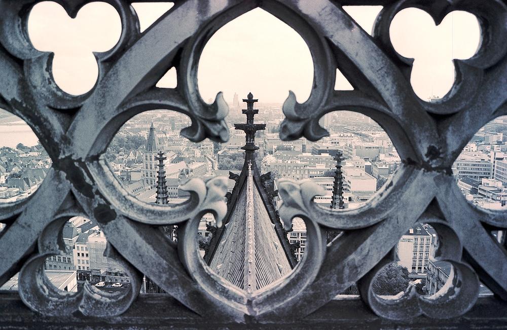 Vom Vierungsturm des Kölner Doms Richtung Rathaus durch die Brüstung fotogr. (1986)