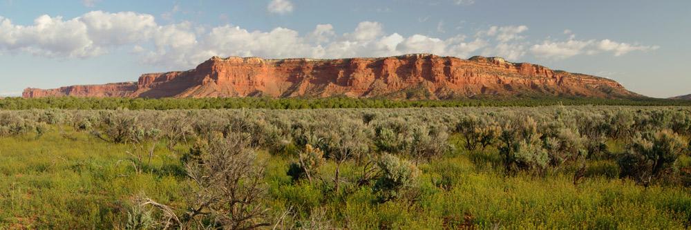 Von Arizona auf dem Weg zum Bryce Canyon, Utah grüsst mit rotem Sandstein.