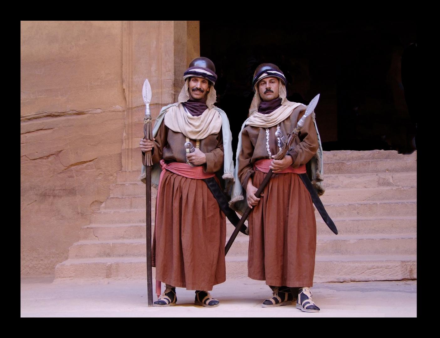 """... von den Touristen gelangweilte Wächter von Petra vor dem """"Schatzhaus des Pharao"""""""