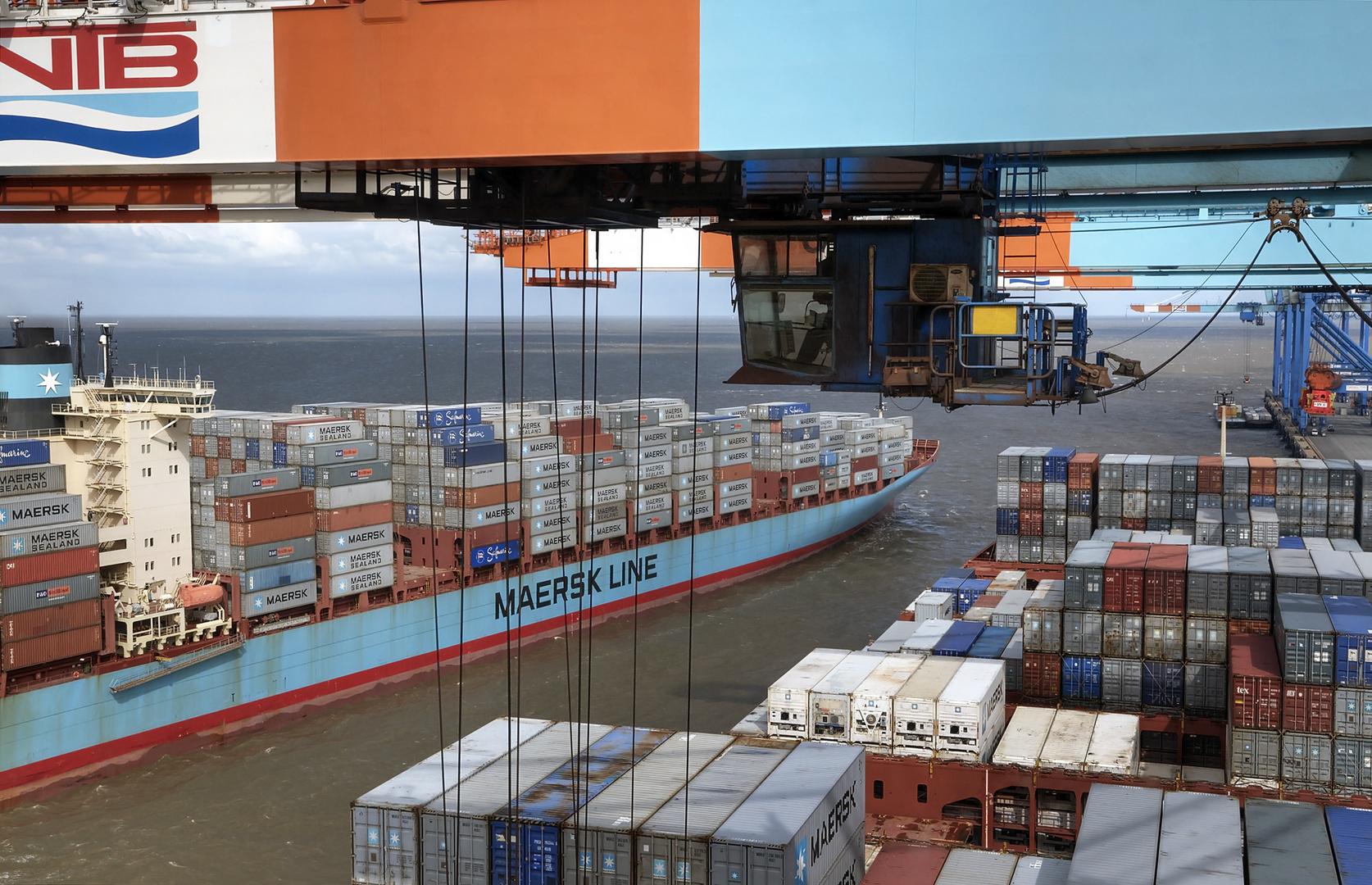 Von der Brücke der Evelyn Maersk aus gesehen. Hafen Bremerhaven.