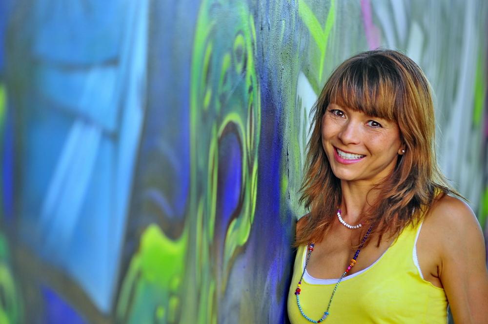 Vor blauem Graffiti