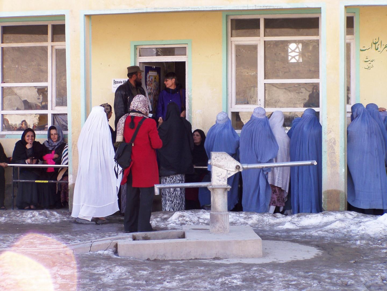 Vor dem Frauenregistrierungsbüro