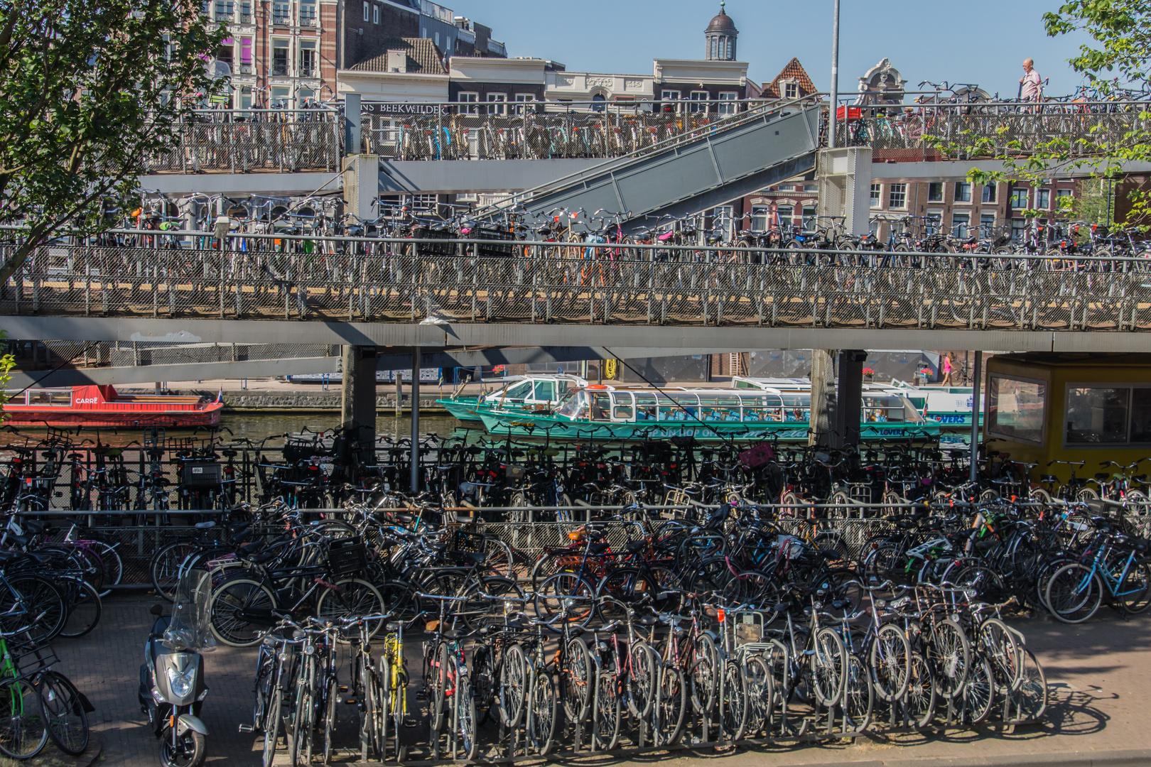 vor dem Hauptbahnhof - Amsterdam