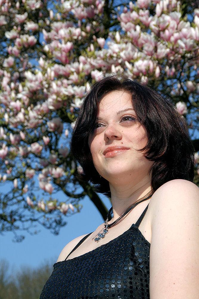 Vor dem Magnolienbaum...