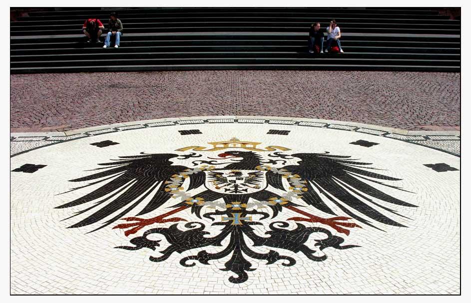Vor dem neuen Rathaus in Wiesbaden