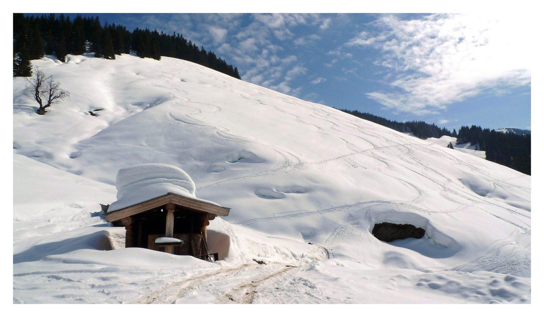vor der Holzknechthütte nach einer Skitour bei Maria Alm