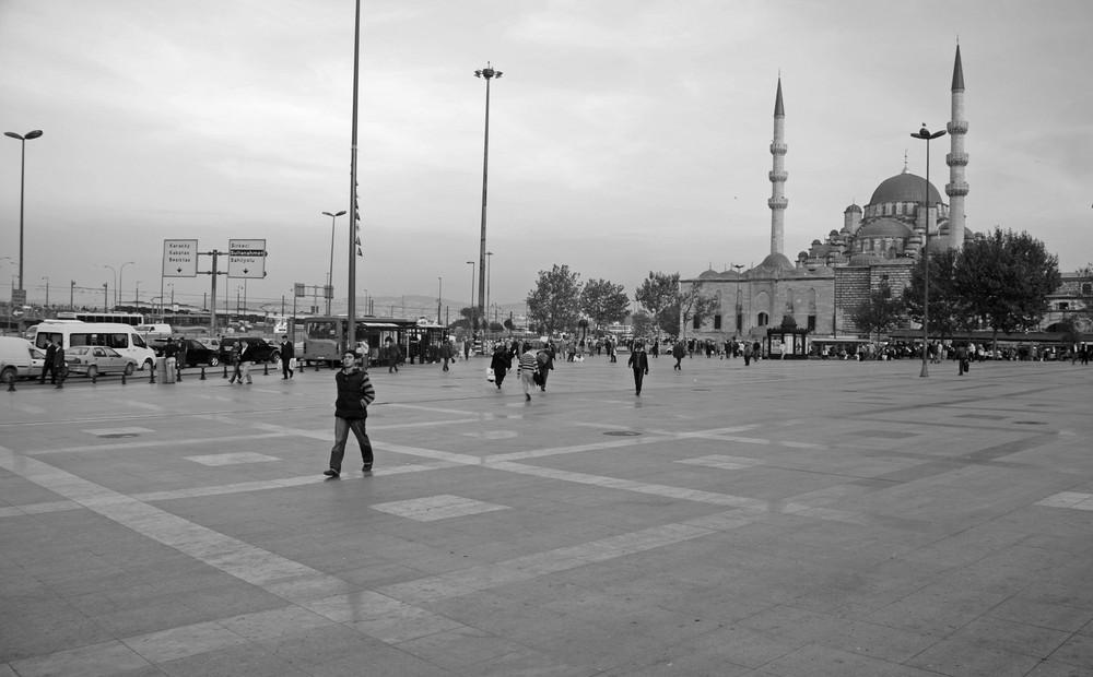 Vor der neuen Moschee in Istanbul