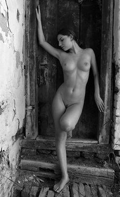 vor geschlossener Tür