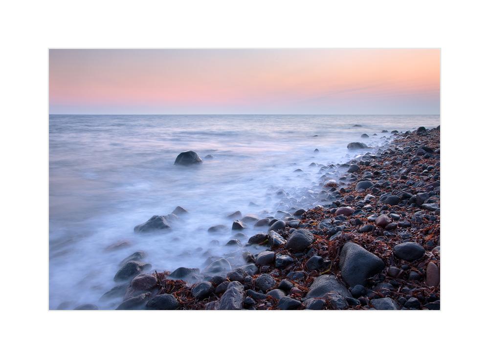 vor Sonnenaufgang an der Küste Santorins