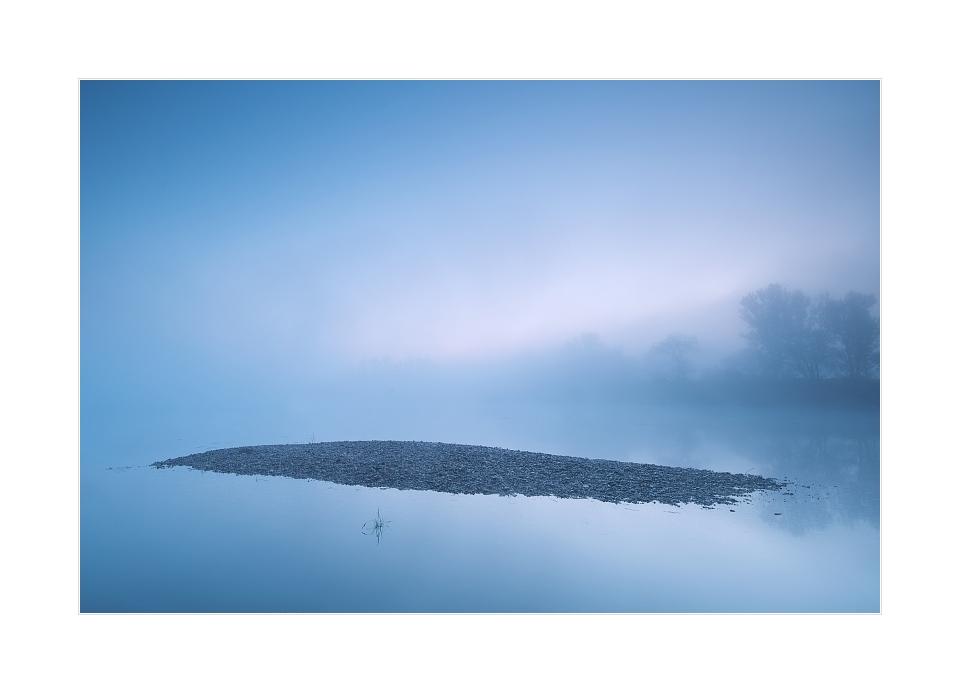 Vor Sonnenaufgang bei Hochwasser und Nebel