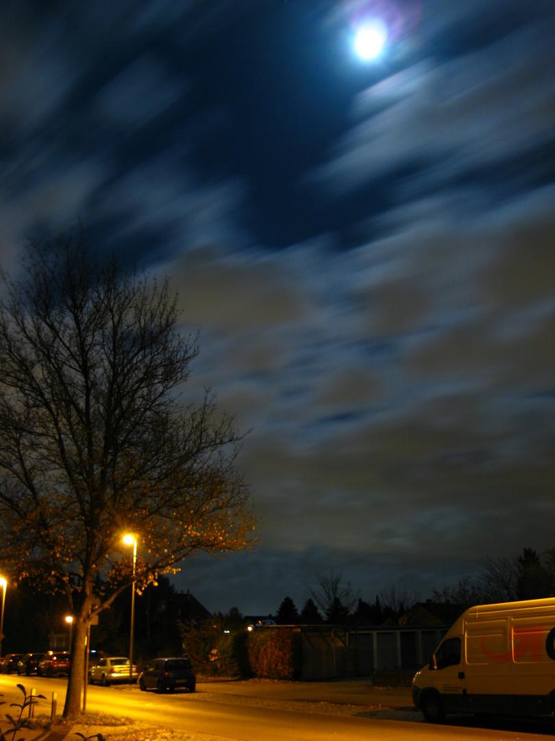 Vorbeiziehende Wolken in einer Mondnacht