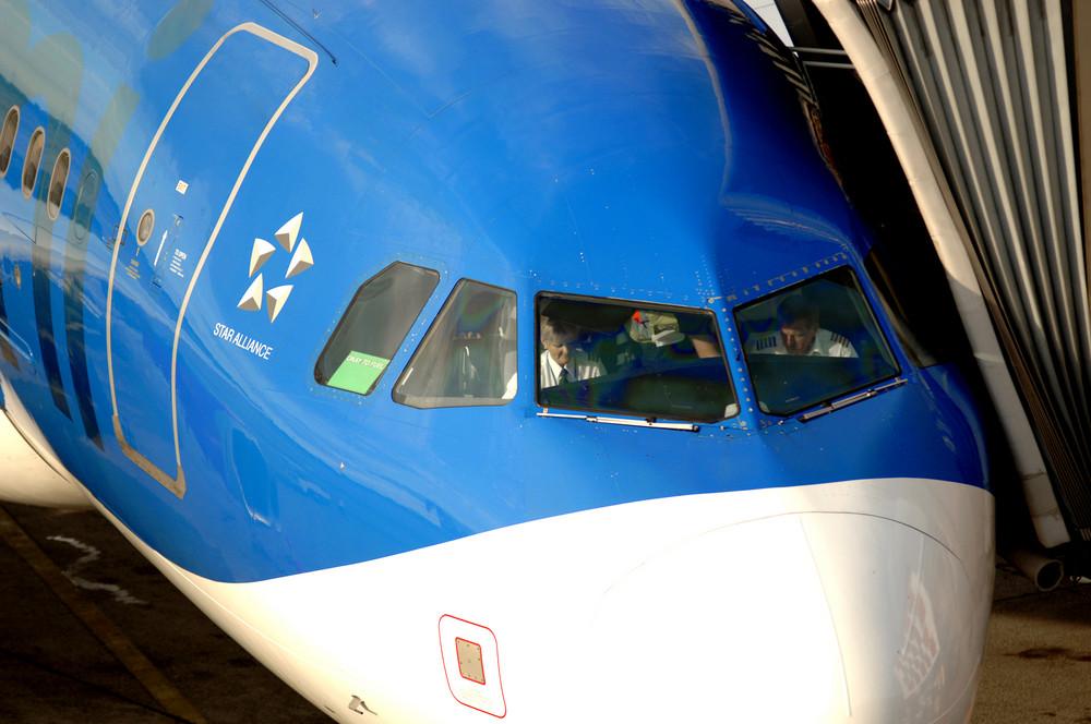 Vorbereitung für den Rückflug von Berlin Tegel nach London   im Cockpit eines bmi Airbus A 319