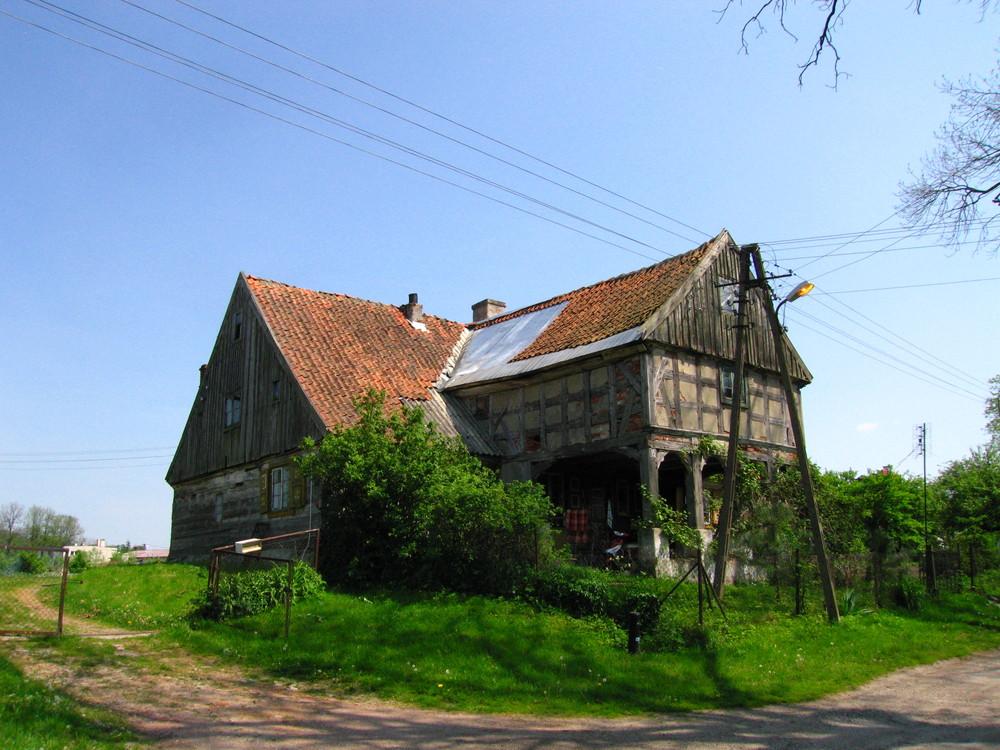 ..... Vorlaubenhaus einst im Deutschen Ostpreussen gebaut; Hirschfeld (Jelonki) .....